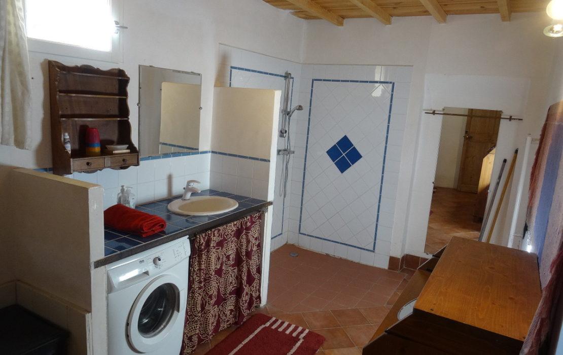 La salle d'eau avec sa grande douche a l'italienne