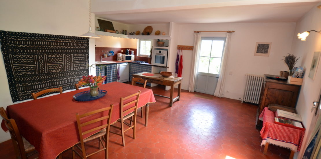 Grand espace pour la cuisine et les repas